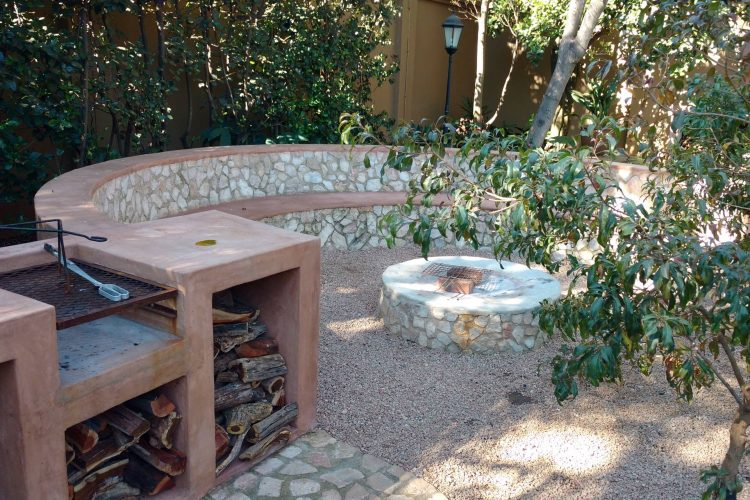 Firepit entertainment area with sandstone rock cladding inlay